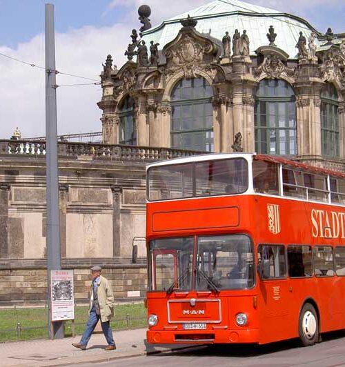 Doppeldecker der Dresdner Stadtrundfahrt vor dem Zwinger