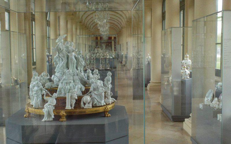 Blick in die Langgalerie der Porzellansammlung mit den Tafelaufsätzen