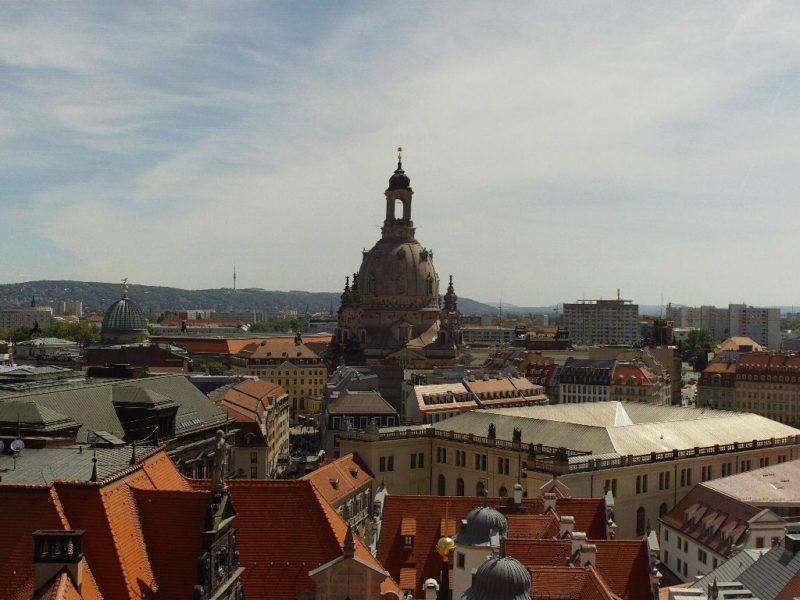 Blick vom Hausmannsturm über das historische Stadtzentrum zum Wachwitzer Elbhang mit Fernsehturm