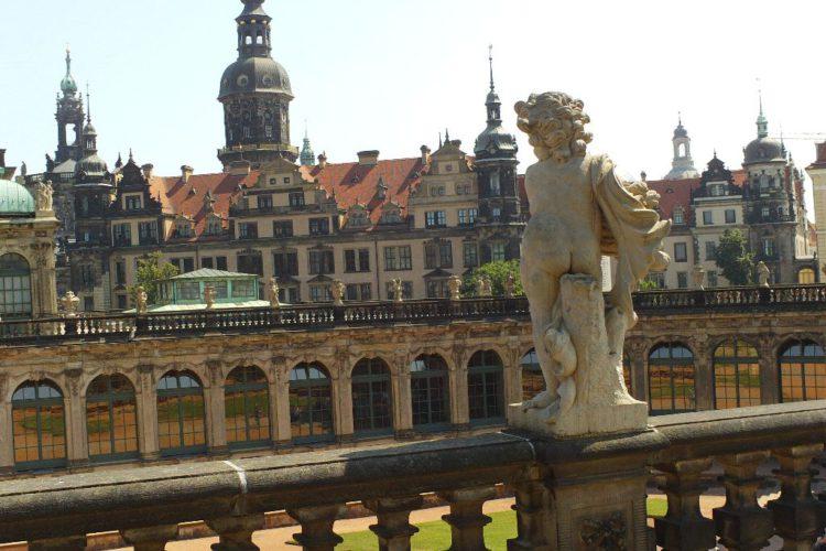 Blick von den Balustraden (Standort Kronentor) des Zwingers zum Schloss mit Hausmannsturm