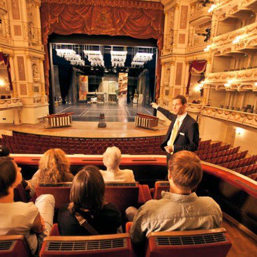 Führung in der Semperoper: Zuschauerraum, Blick auf die Bühne © Semperoper Dresden; Foto: c by f L y