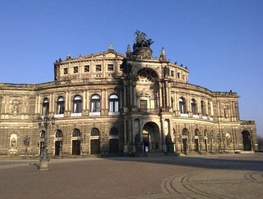 Semperoper Theaterplatz - Semperoper im Morgenlicht