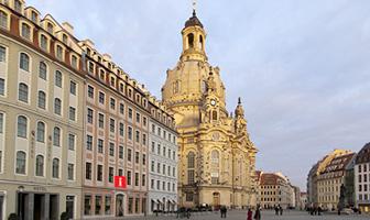 Quartier Frauenkirche: Eingang Tourist Information auf dem Neumarkt