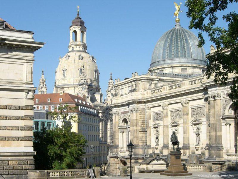 Dresden Frauenkirche mit Semperdenkmal an der Kunstakademie