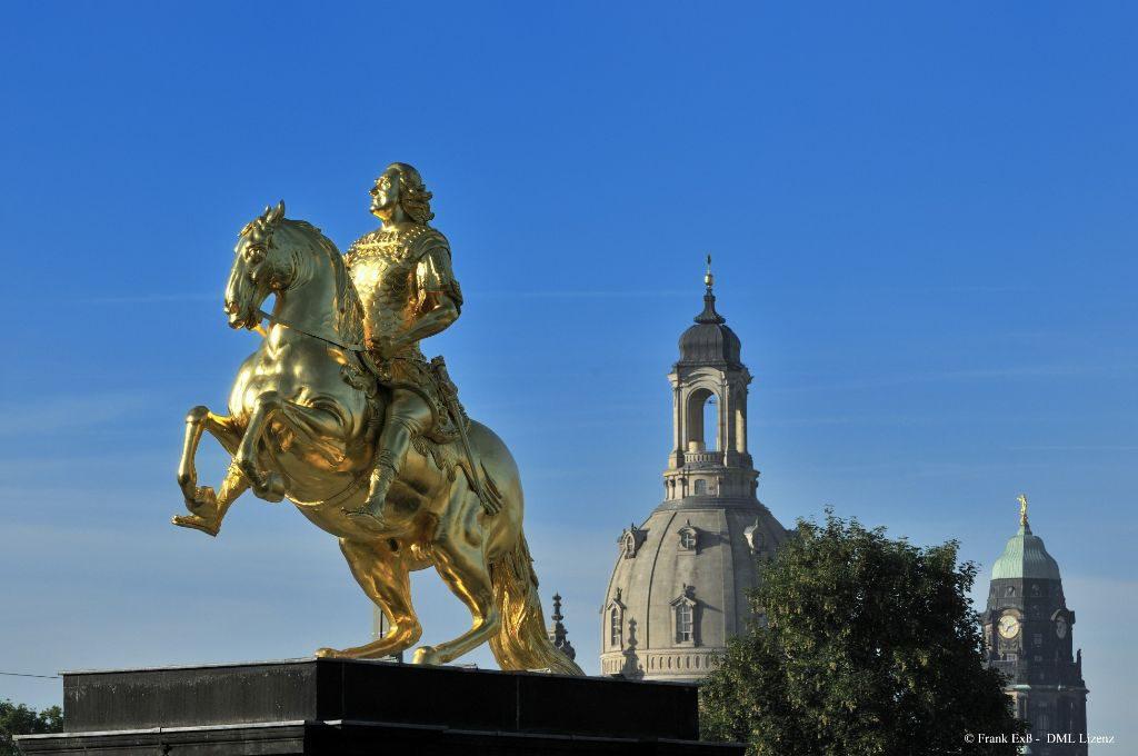 Goldener Reiter mit der Frauenkirche Dresden im Hintergrund
