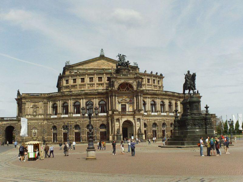 Theaterplatz mit Semperoper Dresden und König-Johann-Denkmal