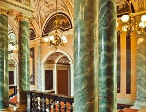 Säulen im Vestibül der Semperoper