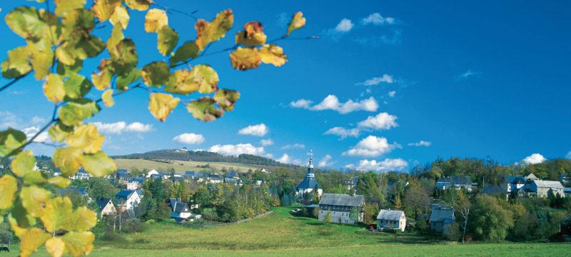 Der Kammweg mit Blick auf Seiffen © Tourismusverband Erzgebirge; TMGS - Tourismus Marketing Gesellschaft Sachsen mbH