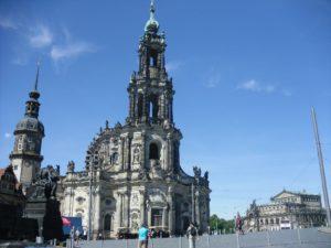Schlossplatz mit Katholischen Hofkirche und im Hintergrund Semperoper und Residenzschloss
