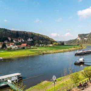 Elbe mit Schiffsanleger in der Sächsischen Schweiz / Elbsandsteingebirge