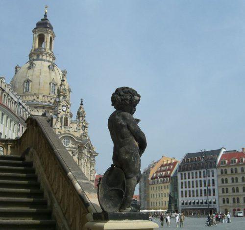 Neumarkt in Dresden mit der Frauenkirche. Im Vordergrund: doppelläufige Englische Treppe des Johanneums (Verkehrsmuseum)