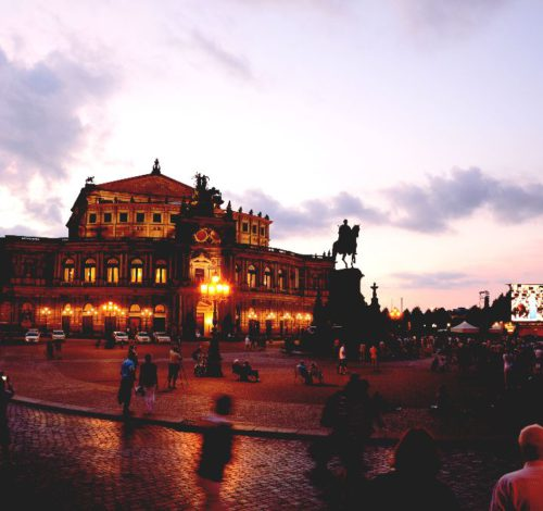 Abendaufnahme der Semperoper Dresden mit Theaterplatz und König-Johann-Denkmal