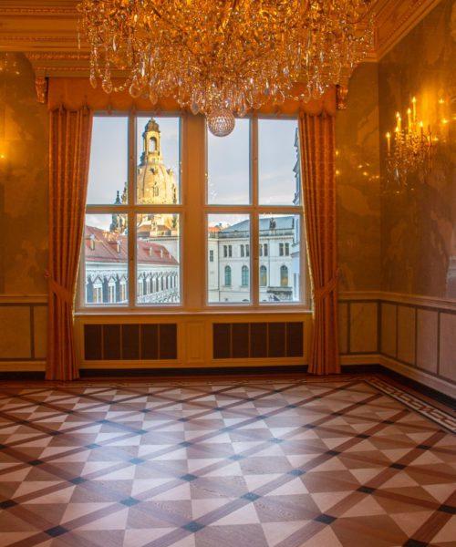 Kleiner Ballsaal im Residenzschloss Dresden - Blick aus dem Fenster mit Stallhof, Frauenkirche und Verkehrsmuseum im Johaneum