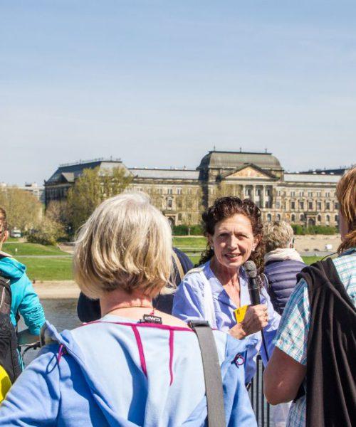 Auf der Brühlsche Terrasse; Finanzministerium Dresden im Hintergrund