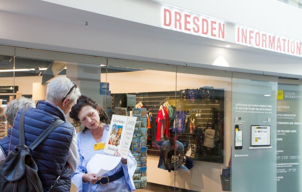 Frau Renger vor dem Treffpunkt für die Stadtführung Dresden