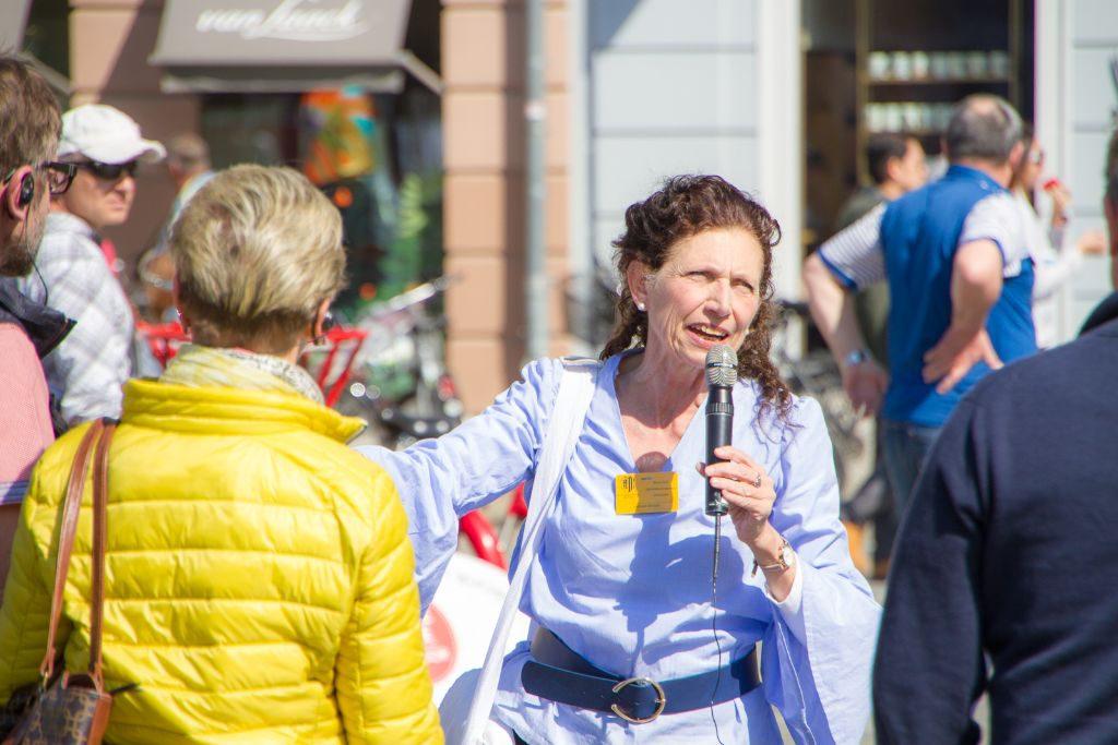 Während der Stadtführung Dresden auf dem Neumarkt