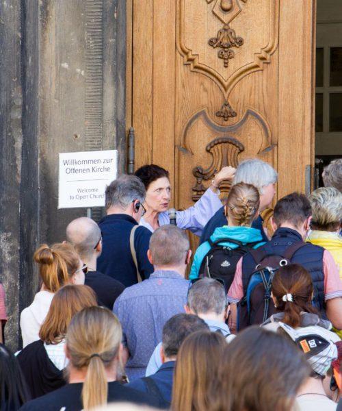 Frau Renger mit der Gruppe vor Frauenkirche - Die Innenbesichtigung im Rahmen der offenen Kirche ist Teil der Stadtführung in Dresdens Altstadt
