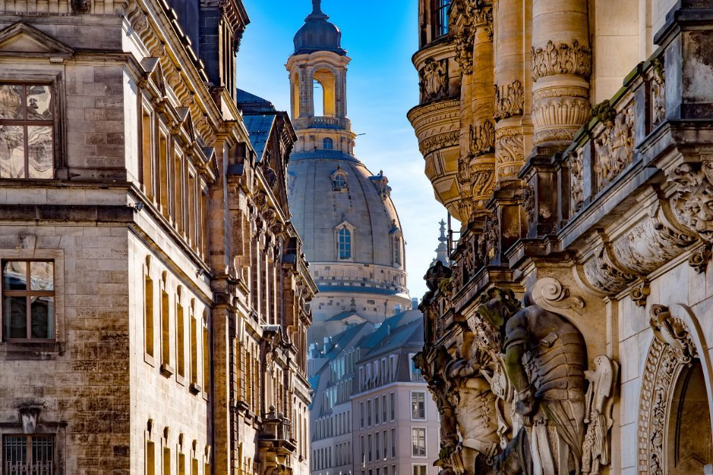 Frauenkirche und Wandskulptur vom Georgentor in Dresden | Gruppenangebote