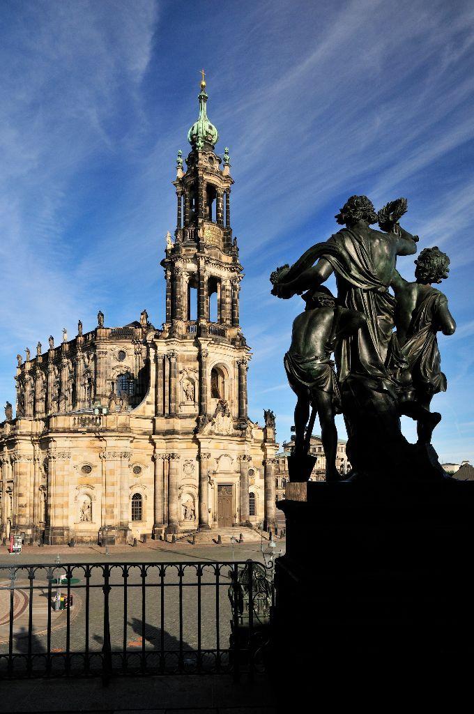 """Die Katholische Hofkirche und im Vordergrund der Mittag, eines der """"Vier-Tageszeiten"""" von Johannes Schilling"""