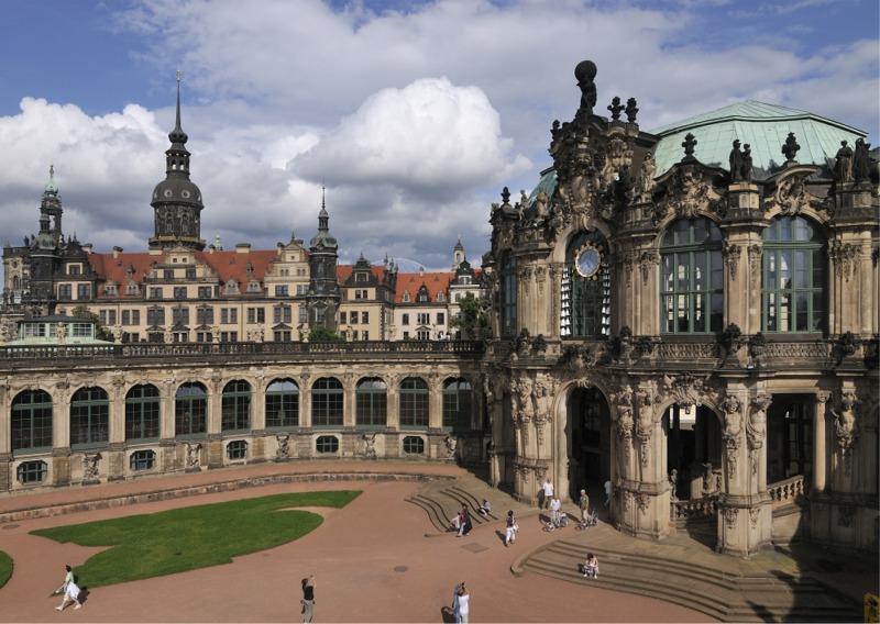 Glockenspielpavillon Zwinger mit Residenzschloss Dresden im Hintergrund | Öffentliche Führungen